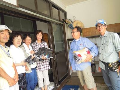 八女市長野地区区長さんにTシャツを提供.JPG